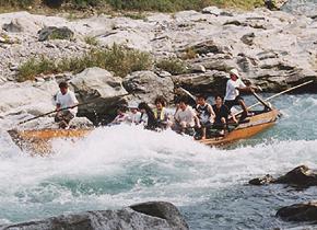"""長瀞アドベンチャー舟下りの「荒川レジャー開発」です。tel 0120-592-180。天下の勝地""""長瀞""""を流れる荒川を舟で一気に下るスリル満点のコース(全長6km)。従来のライン下り用の和舟と、スリル満点のハード舟(両側面がない舟)の両方をご用意致しております。"""