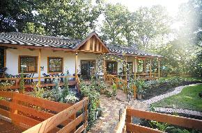長瀞・荒川の渓谷を見下ろすお食事処「ガーデンレストラン 桜ながとろ」です。 tel 0494-66-3888。長瀞・荒川の渓谷を見下ろすお食事処「ガーデンレストラン 桜ながとろ」のコンセプトは一時のスローライフ。長瀞・荒川を見下ろす場所でのお食事が楽しめます。