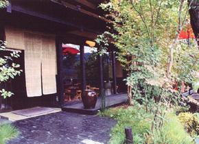 ギャラリー喫茶「うるし工房 やました」です。 tel 0494-66-3175。ギャラリー喫茶「うるし工房 やました」のおすすめメニューはカメルプリン,わらび餅、抹茶です。秩父鉄道長瀞駅から徒歩5分、宝登山神社の参道にあります